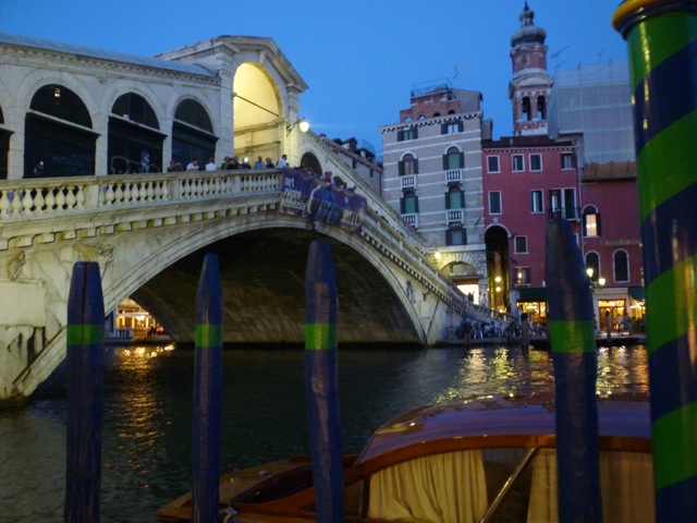 rialto bridge at night culinary bike tours italy italiaoutdoorsfoodandwine