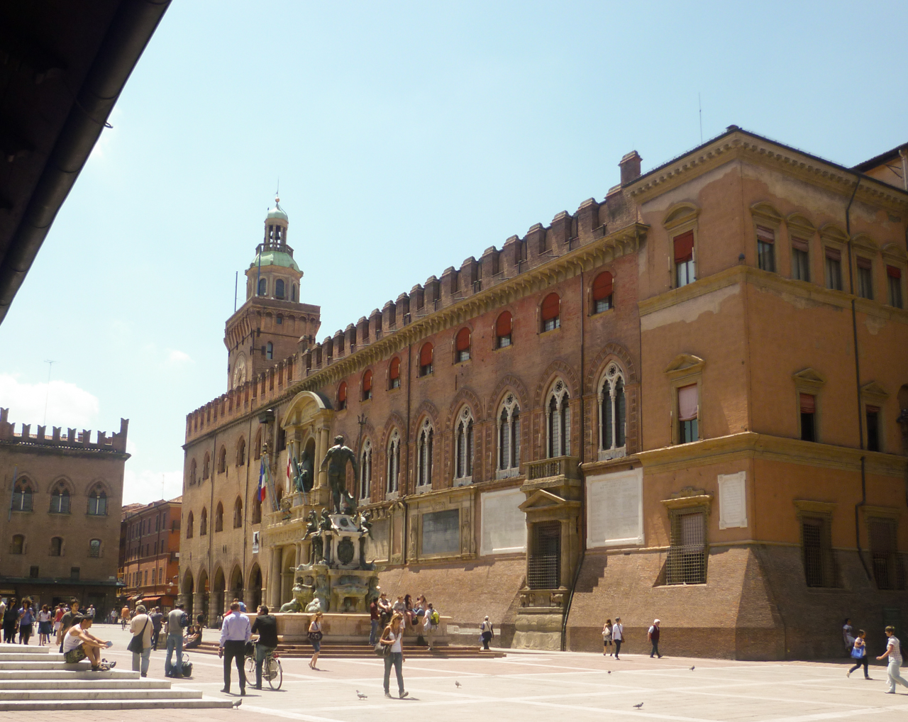 piazza nettuno bologna culinary cycling holidays italy italiaoutdoors food and wine