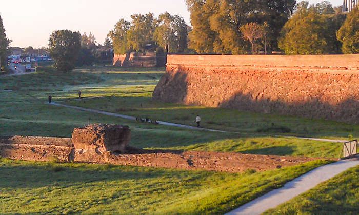 ferrara-walls-sunrise-italy-walking-tours