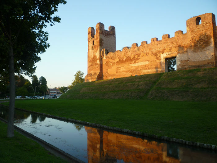 walls-of-castelfranco-bike-tours-italy